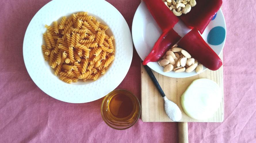 Pasta con salsa de pimientos, almendras y anacardos ecológicos