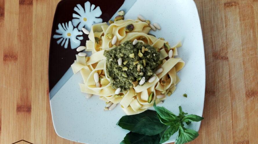 Tallarines al huevo con salsa pesto de pistachos ecológicos